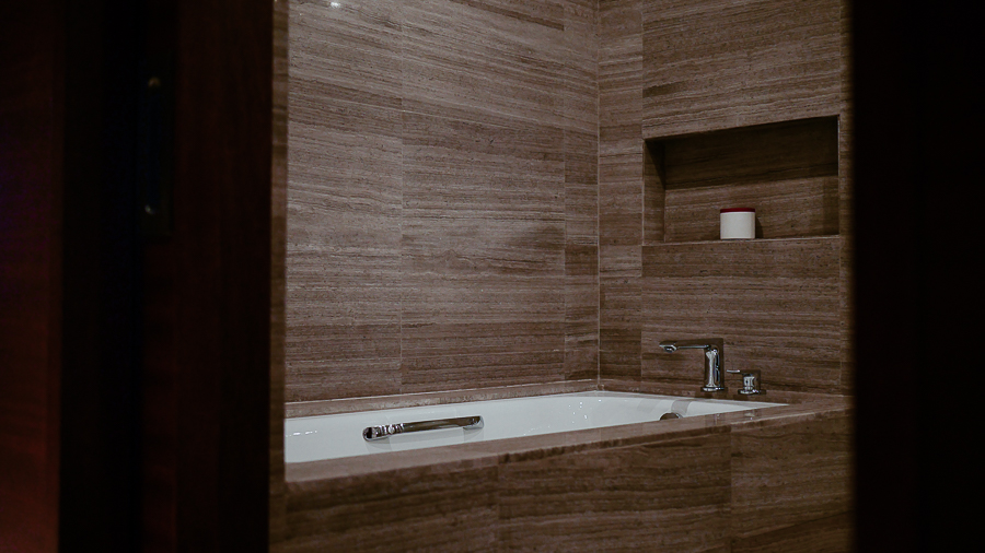 marco-polo-ortigas-room-bathroom-tub